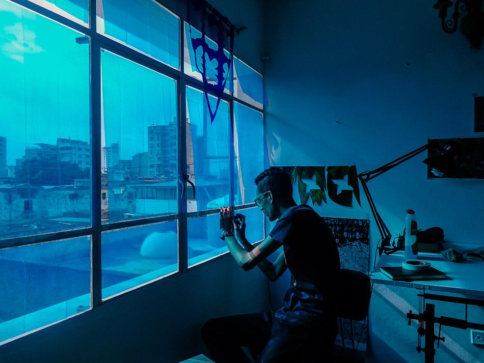 Manuel Eduardo González trabajando en la residencia Macolla Creativa