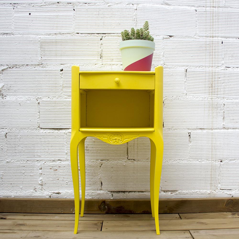 Mesita de noche pintada en amarillo