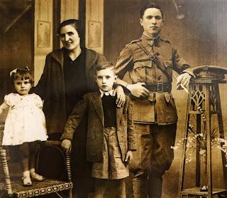 Composición fotográfica. Filomena junto a su marido y sus hijos.
