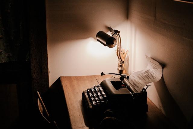 https://pixabay.com/pt/escuro-quartos-escrit%C3%B3rio-tabela-2584166/
