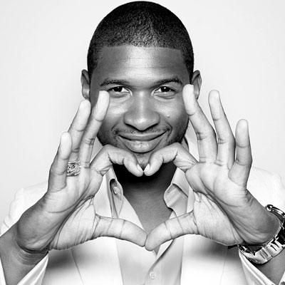 Foto de Usher haciendo un corazón