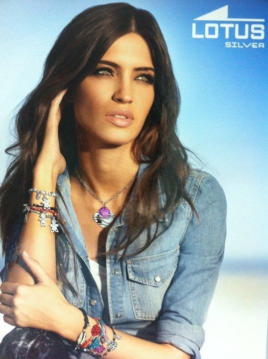 37492c94f162 También así de guapa y natural aparece Sara en el cartel publicitario de las  pulseras de las que es imagen.