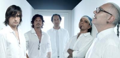 Foto de Caifanes posando vestidos de blanco