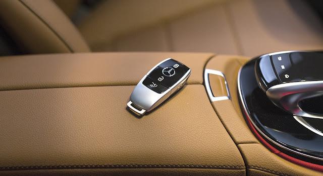 Chìa khóa Mercedes E300 AMG 2018 nhập khẩu được thiết kế bắt mắt giống như một món phụ kiện trang sức
