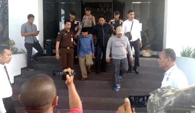 Kades Kertowono (baju biru) keluar dari Kantor Kejaksaan dan dibawa ke Lapas