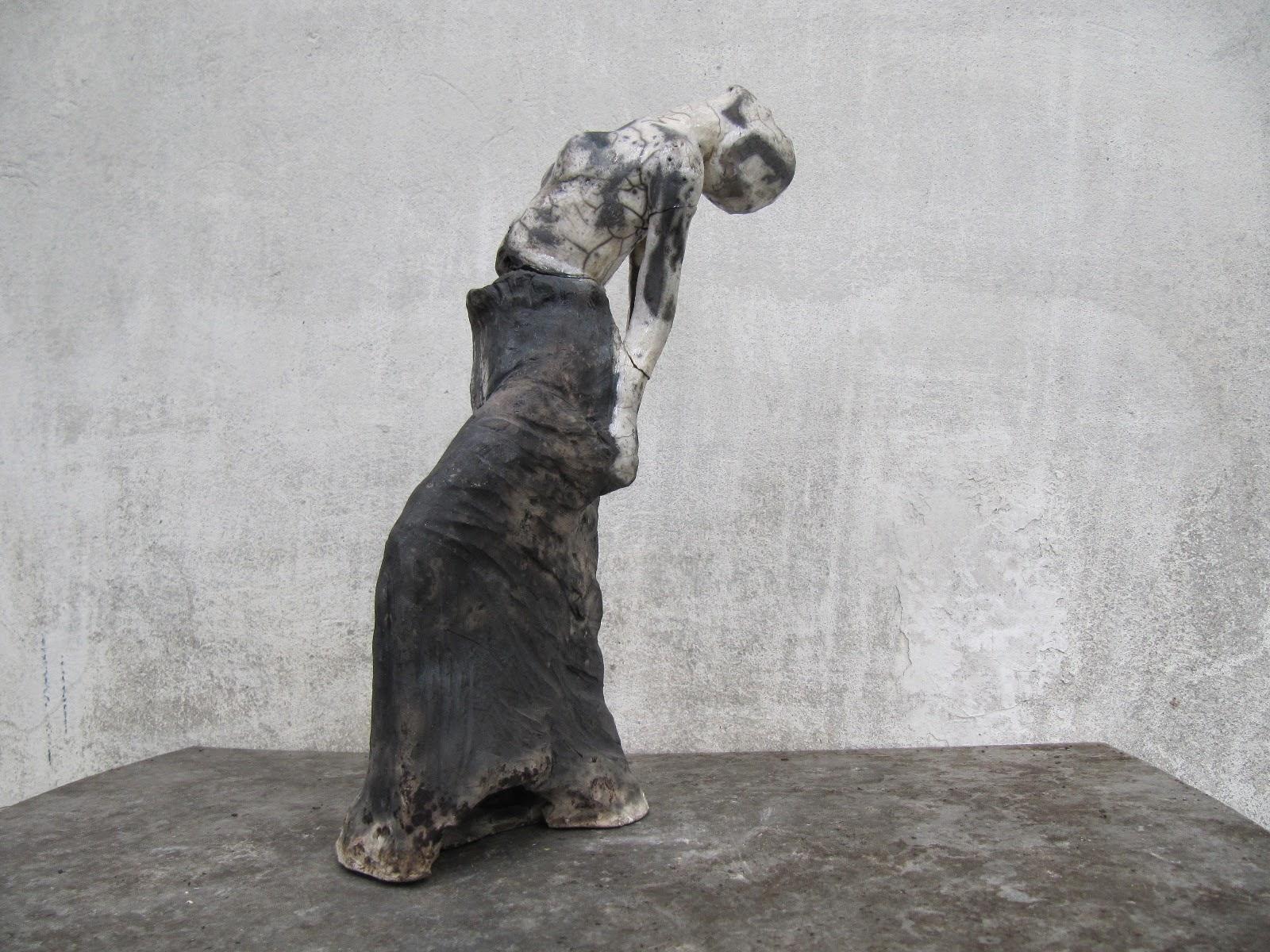 rzeźba współczesna przedstwiająca kobietę odchyloną do tyłu