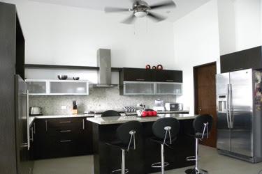 Decoracin Minimalista y Contempornea Funcional y bonita cocina contempornea con desayunador en isla