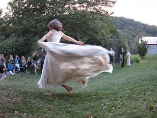 femme, visiblement heureuse, dansant en faisant virevolter sa longue robe blanche, l'amour rend heureux, euphorique, dynamique