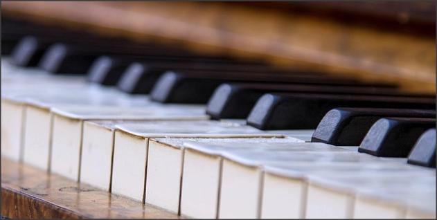 menyulap piano rusak jadi rak cantik
