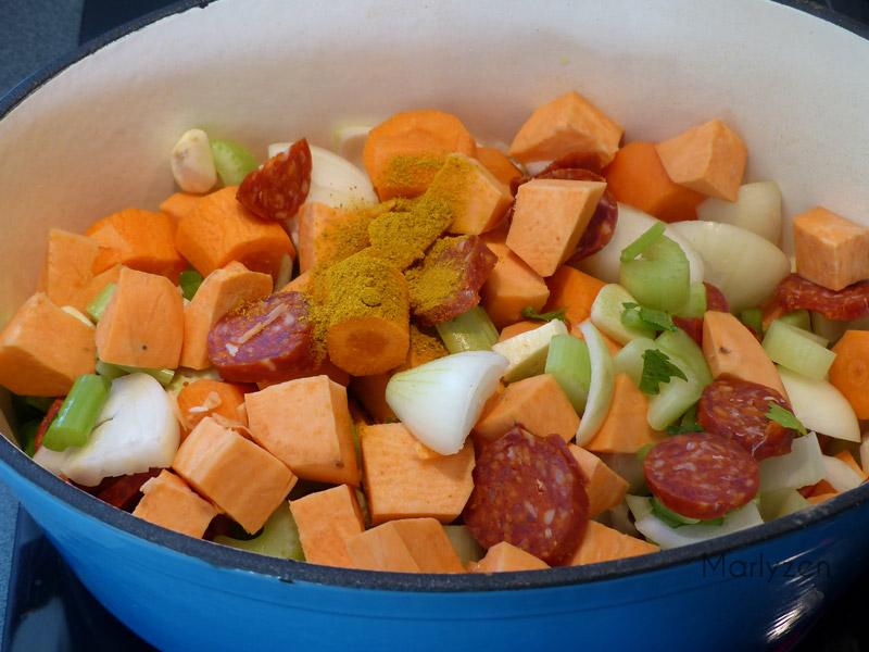 Ajoutez les ingrédients émincés avec le curry en poudre.