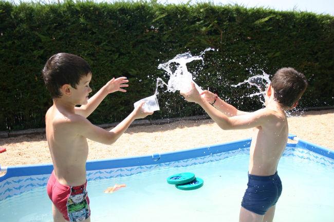 actividades y juegos refrescantes para niños aire libre