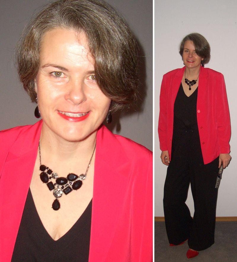 Silvester Look: Schwarzer Jumpsuit mit roter Jacke und Jetschmuck kombiniert