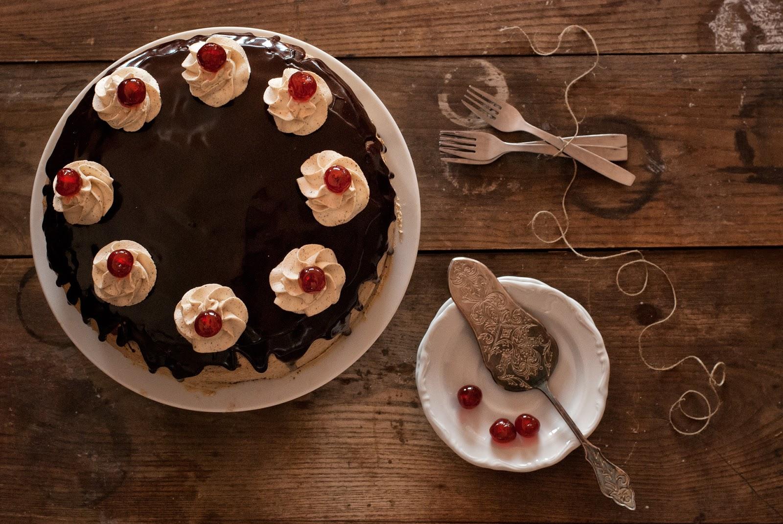 Tradycyjny tort czekoladowy z wiśniami