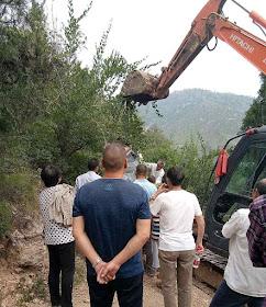 Escavadeira demolindo uma estação da Via Sacra