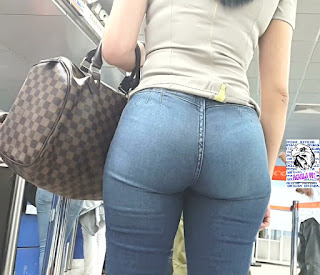 preciosa mujer nalgona jeans entallados