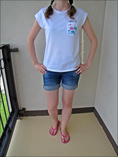 Biały T-shirt z flamingiem, jeansowe szorty, różowe japonki