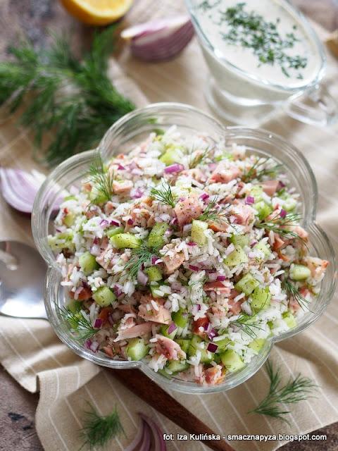 salatka ryzowa z kurczakiem, kurczak wedzony, mieso, ryz, ogorek, koperek, lunch, impreza, jedzenie do pracy