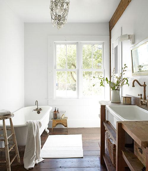 Casa en blanco y madera, image via Desde My Ventana as seen on linenandlavender.net
