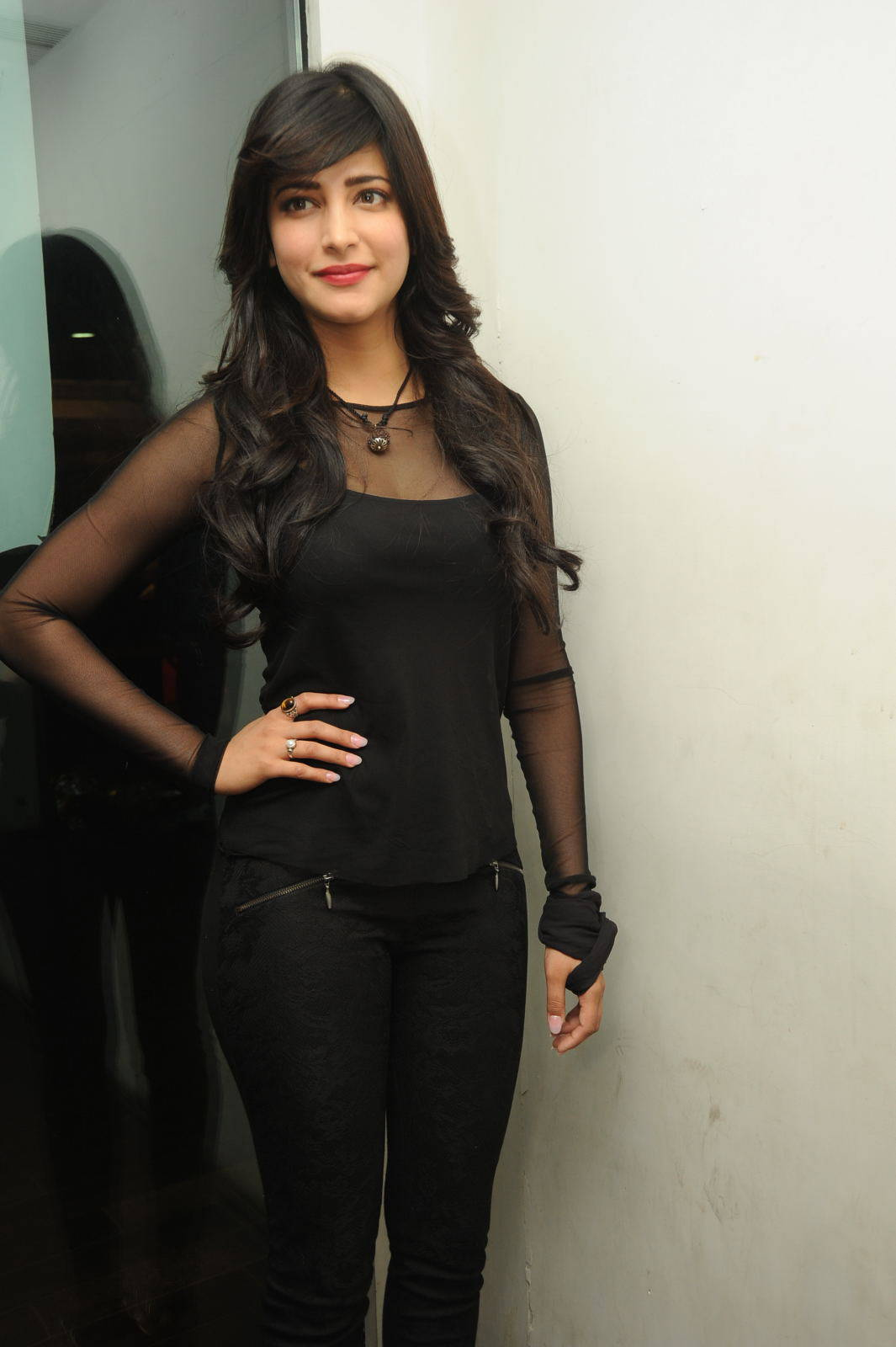 Shruti Haasan Hot Photos In Black Dress