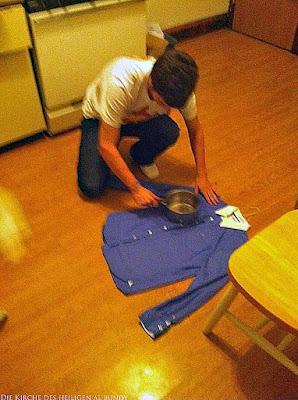 Mann Hemd Bügeln mit heißen Kochtopf lustig - Wenn die Zeit knapp ist