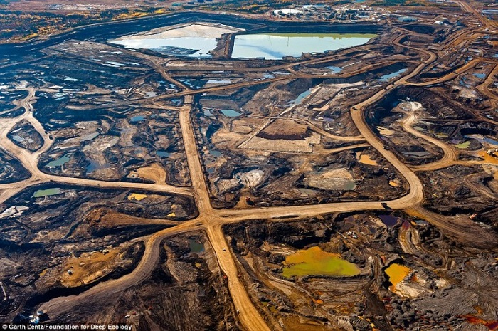 20 Pictures That Prove That Humanity Is In Danger - The scars left behind from the mining of oil sands in the Canadian province of Alberta