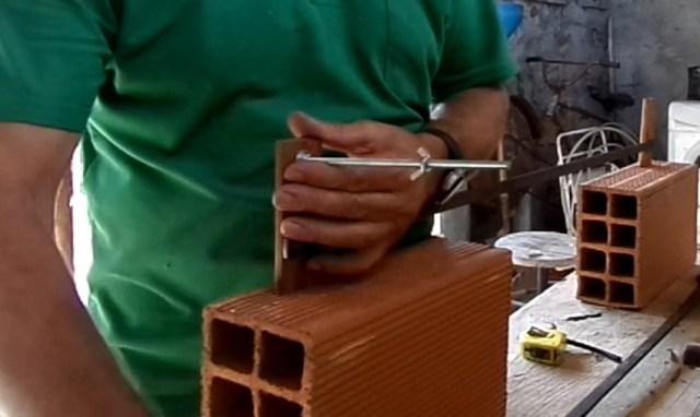 Fazendo a montagem do molde para assentamento de tijolos