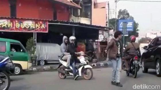 Video: Pria Dijuluki 'Mick Jagger' Atur Lalin di Bandung Yang Jadi Viral