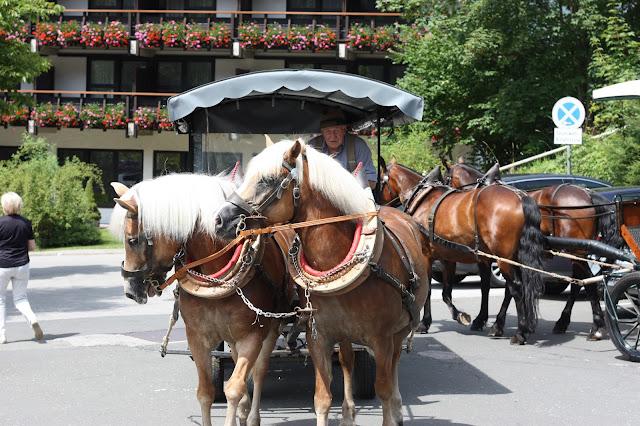 Pferdekutschen, Trachtenhochzeit in den Bergen von Bayern, Riessersee Hotel Garmisch-Partenkirchen, Wedding in Bavaria