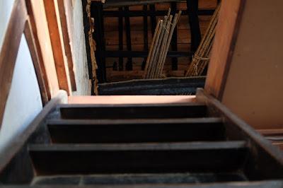 生坂村の古民家カフェ・ひとつ石の二階への階段