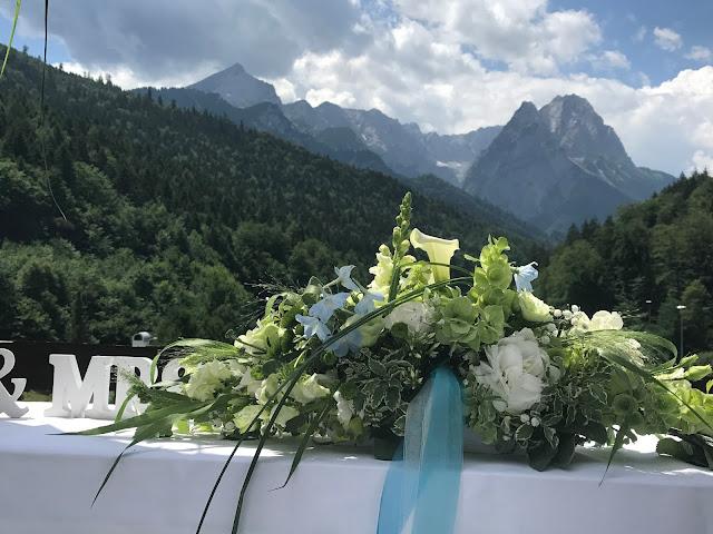 Trauung unter freiem Himmel, Hochzeitsmotto Flug der Kraniche, 1000 Origami-Kraniche zur Hochzeit, heiraten im Riessersee Hotel Garmisch-Partenkirchen, Bayern, Hochzeitsplanerin Uschi Glas, petrol und weiß