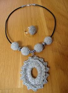 http://creacionesbatiburrillo.blogspot.com.es/2013/07/gargantilla-y-anillo-crochet-ii.html