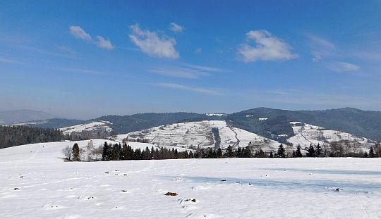 Widok na grzbiet Gorców, w kierunku polany Przysłop.