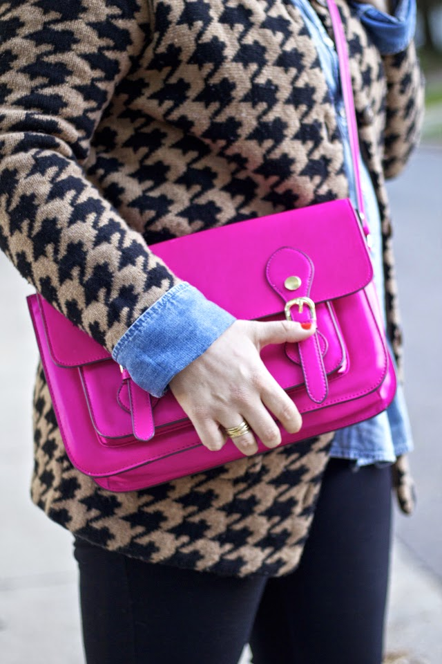 Outfit idea with bright pink purse for fall