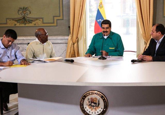 """El chiste del día: La escolaridad ha aumentado en 7%, según Maduro   El presidente de la República, Nicolas Maduro se refirió al inicio del año escolar 2018-2019 donde se incorporarían 2.492.874 estudiantes, 1.958.155 en la educación pública y 534.719 en los colegios privados.    El primer mandatario aprovechó la oportunidad para inaugurar el Complejo Educativo en honor a Robert Serra en el estado Aragua donde se esta llevando a cabo un programa del Servicio Administrativo de Identificación, Migración y Extranjería (Saime) para sacar la cédula a todos los niños y niñas desde las escuelas.  Según el presidente, la escolaridad ha aumentado el 7% con relación al año pasado si se habrían ido 2 millones de venezolanos la escolaridad sería al revés 7% menos.  """"Quieren hacer ver que se han ido dos millones de venezolanos. Imposible. Se fueron unos miles y desde que anuncié el Plan Vuelta a La Patria todos están regresando. Siete mil venezolanos a retornado al país"""", acotó Maduro.  Cuando el mismo presidente, Nicolas Maduro, anunció que el Año Escolar 2017-2018 se incorporarón un total de 7.195.335 estudiantes.     El chiste del día (II): Maduro no pudo atender los múltiples compromisos en Nueva York por falta de tiempo    En cadena nacional de radio y televisión, el presidente Nicolás Maduro aseguró que durante su visita a Nueva York, donde inesperadamente participó en la 73° Asamblea General de la Organización de las Naciones Unidas (ONU), no pudo atender todos los compromisos a los que había sido invitado. ¿Adivinan por qué?  """"No pude atender las múltiples invitaciones que me hicieron durante mi visita a Nueva York, por falta de tiempo (…) Dejé a los jóvenes pendientes en una reunión, pero el tiempo no me alcanzó"""", dijo Maduro.  Como se recordará, el Primer Mandatario Nacional acudió inesperadamente a la reunión de la ONU, casi que rezando por su vida, ante sus constantes denuncias de un """"presunto magnicidio"""".    Fuente: Lapatilla.com"""