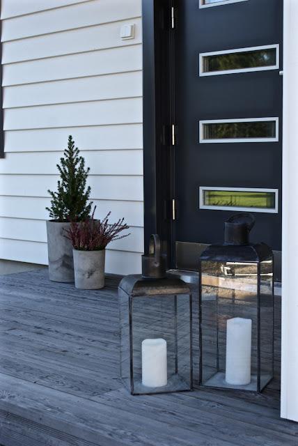 kaskiovi, moderni talo, valkoinen talo, calluna, lyhty, lumovalaisin, kuusi, lehtikuusi, betoniruukku, zicos, zicoshome, zicos.fi