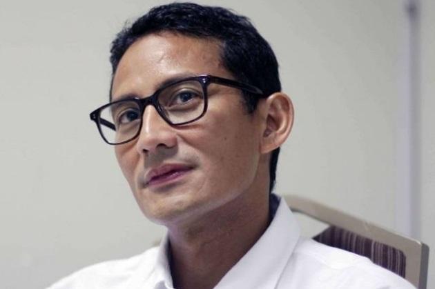 Sambil Curhat, Pedagang Kelontong Kediri Genggam Erat Tangan Sandiaga