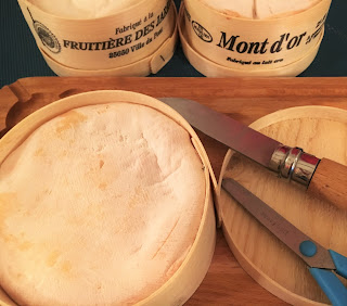 preparer un mont d'or, cuire un mont d'or, recette mont d'or, mont d'or cru, comment manger un mont d'or , fromagerie paris, laiterie de paris, fromagerie urbaine, blog fromage, blog fromage maison, lait cru, faire du fromage, tour de france fromage, tour du monde fromage, pierre coulon, fabrication mont d'or, mont d'or truffe, mont d'or morilles, mont d'or au four