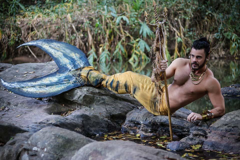 Thiago La Côrte posa de tritão para ensaio em cachoeira. Foto: Victor La Côrte