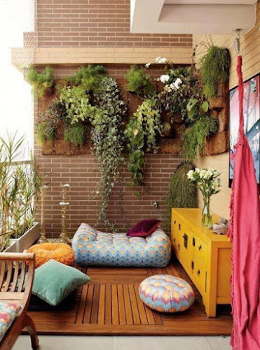 Pequeño balcón decorado con cojines