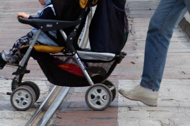 Buongiornolink - Investita sulle strisce lancia in avanti il passeggino e salva la vita di sua figlia
