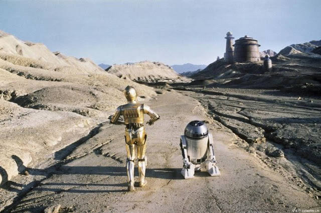 C-3PO and R2-D2 make their way to Jabba's palace