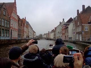 Los canales de Brujas desde una de las barcas