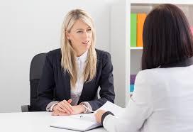 mulher fazendo entrevista de emprego