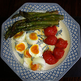 Whole 30 Food eggs asparagus and tomatoes