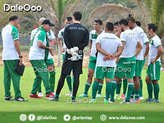 Juan Manuel Llop da la charla técnica en el entretiempo del partido amistoso entre Oriente Petrolero y Royal Pari - DaleOoo