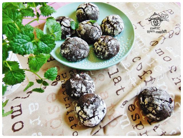 Kakaowe popękane ciasteczka z żurawiną.