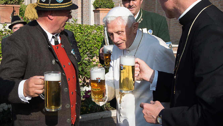 Resultado de imagen para fotos del padres catolicos bebiendo