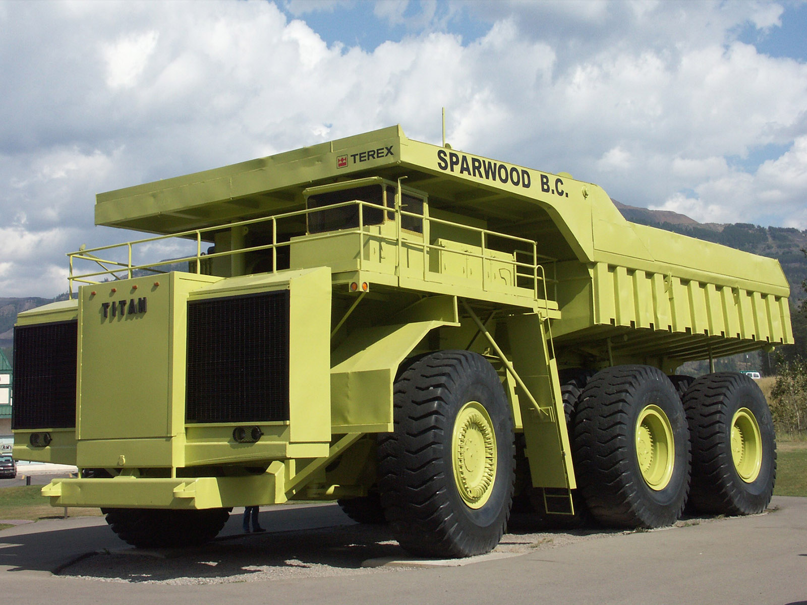 the world s largest mining dump trucks mining engineer 39 s world. Black Bedroom Furniture Sets. Home Design Ideas