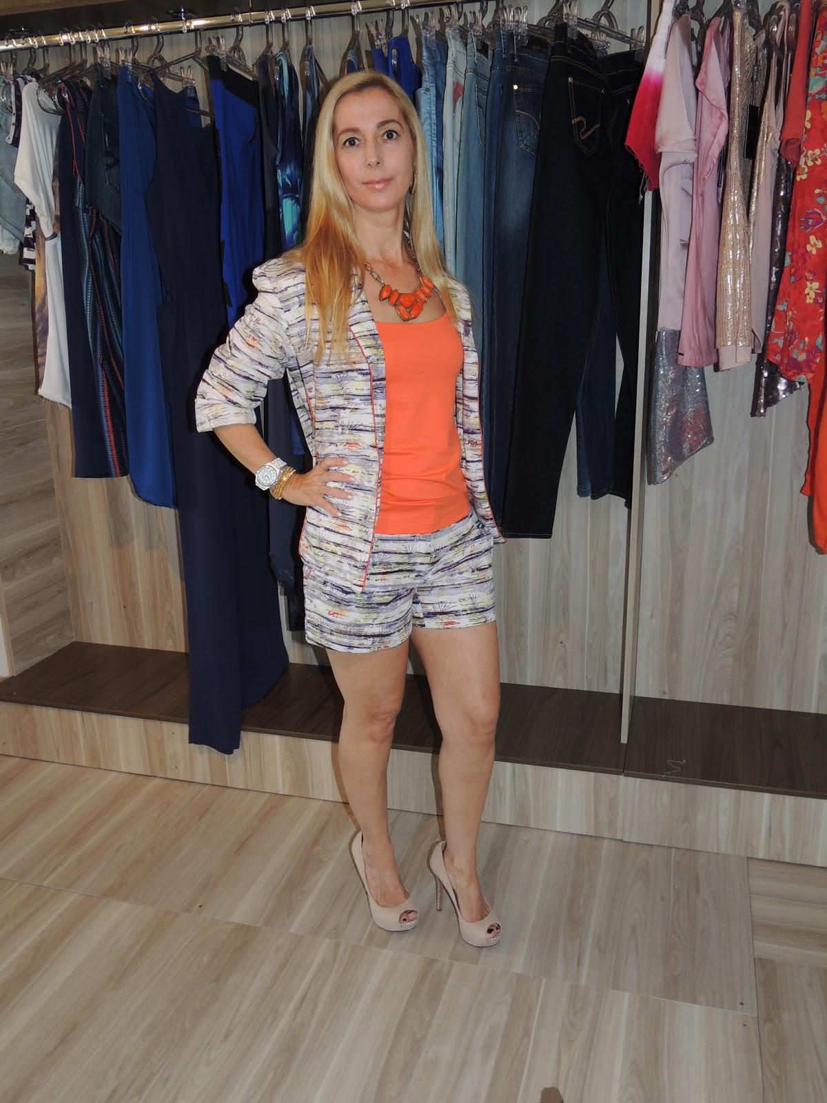 e22561e98 A loja DONA DONA, além de roupas, tem acessórios lindos também, como este  colar em laranja que casou certinho com os tons da produção, sem falar que  depois ...