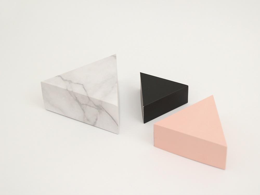 Papierowe pudełka w kształcie trójkąta.